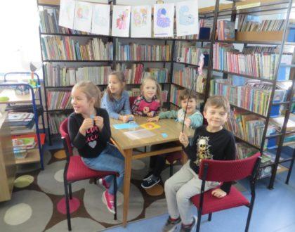 """"""" Międzynarodowy Dzień Postaci z Bajek"""" w bibliotece szkolnej."""
